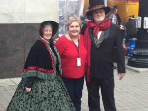 a Dickens couple poses with me